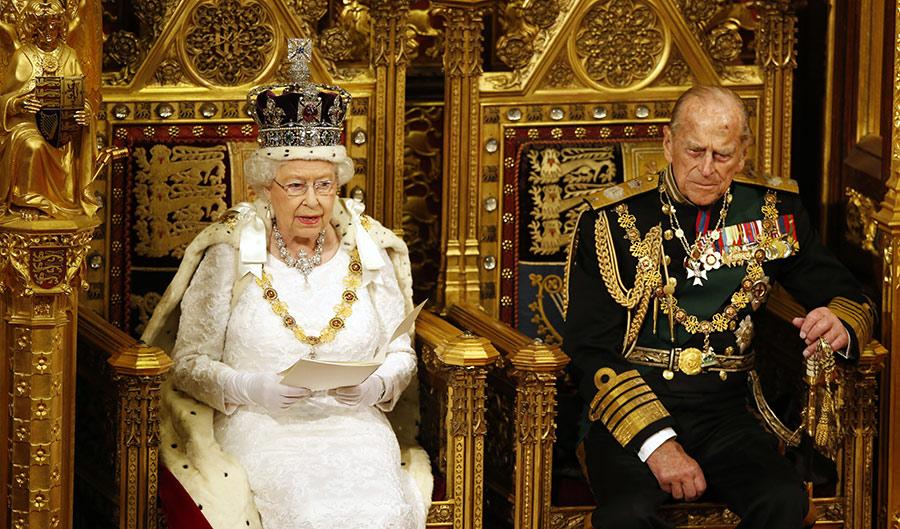 Królowa Elżbieta II czyta przemowę
