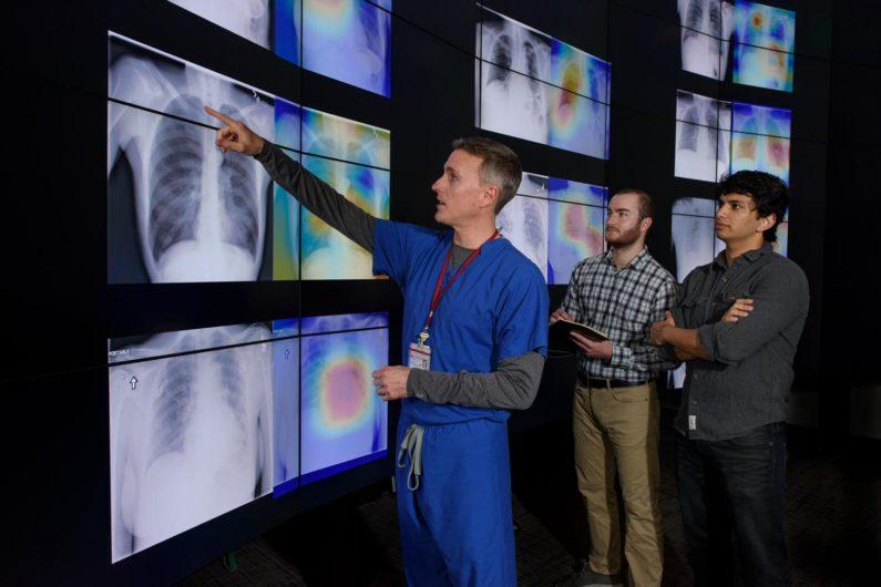 Radiolog Matt Lungren, analiza zdjęć rentgenowych. Image credit: L.A. Cicero