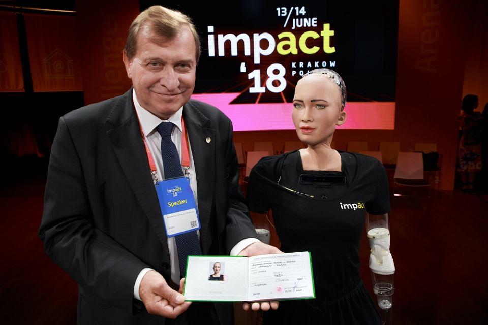 Sophia z prorektorem AGH prof. Jerzym Lisem. (Witold Woszczyna)